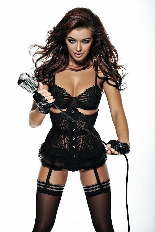 Jitka drží mikrofon tak, jako by místo něj měla bič.