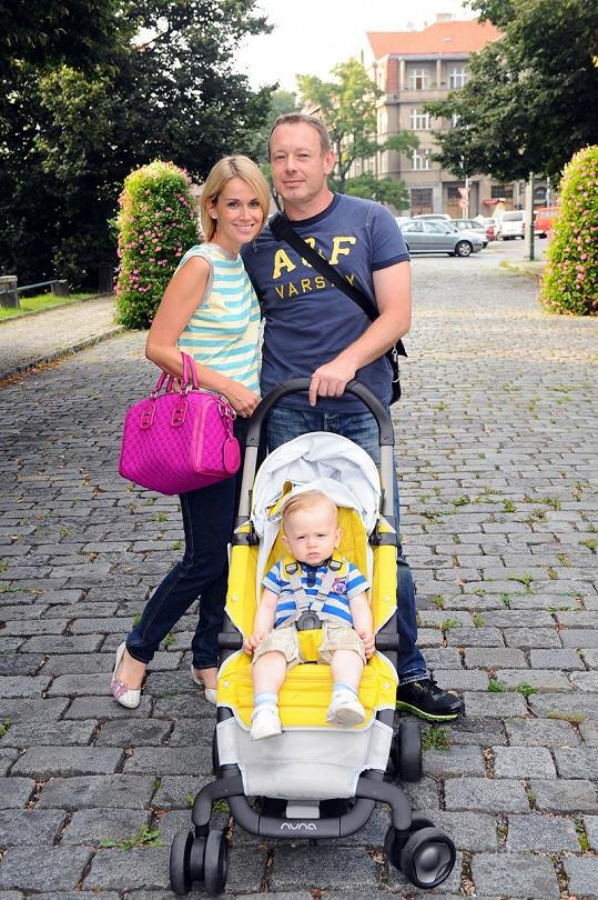 Dvořák s partnerkou a synem na vycházce Prahou.