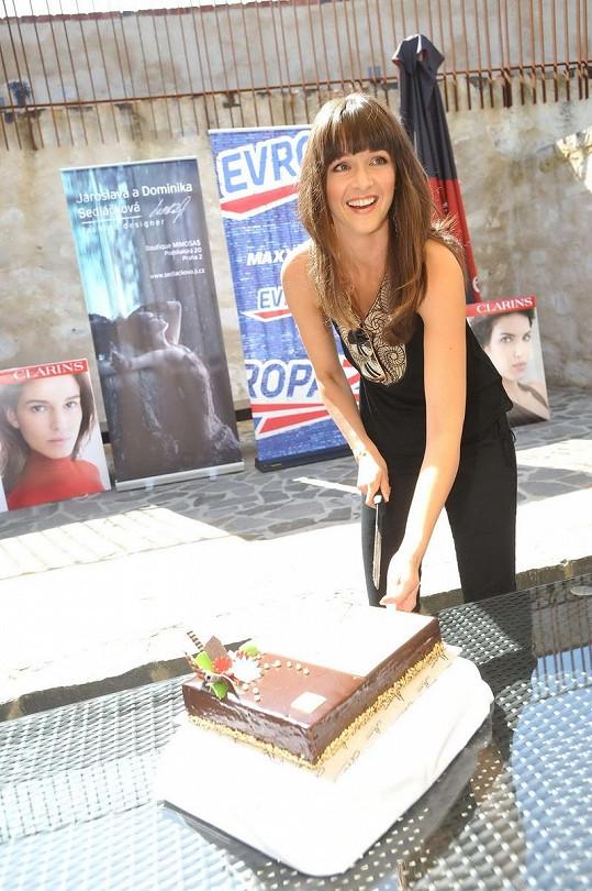 Iva Kubelková se ujala slavnostního krájení dortu.