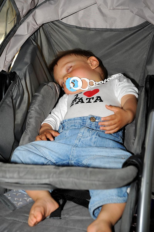 Mareček spí v kočárku v originálním tričku.