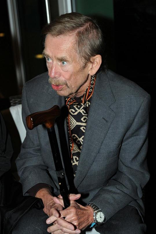 Václav Havel se při chůzi již musí opírat o hůlku.