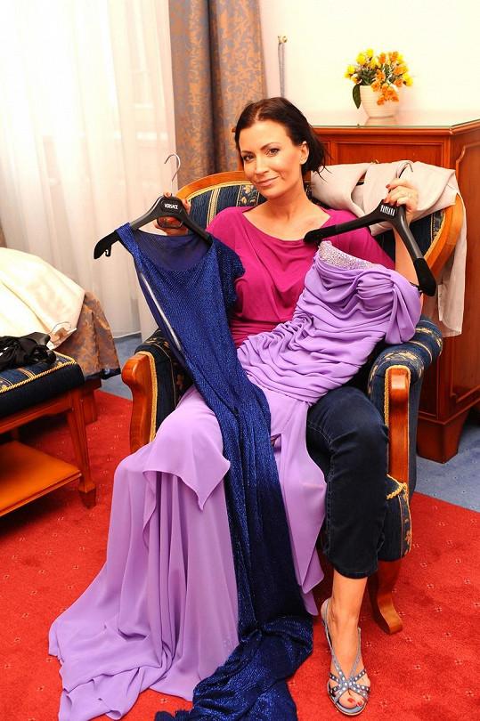 Gábina se svými róbami v hotelovém pokoji.