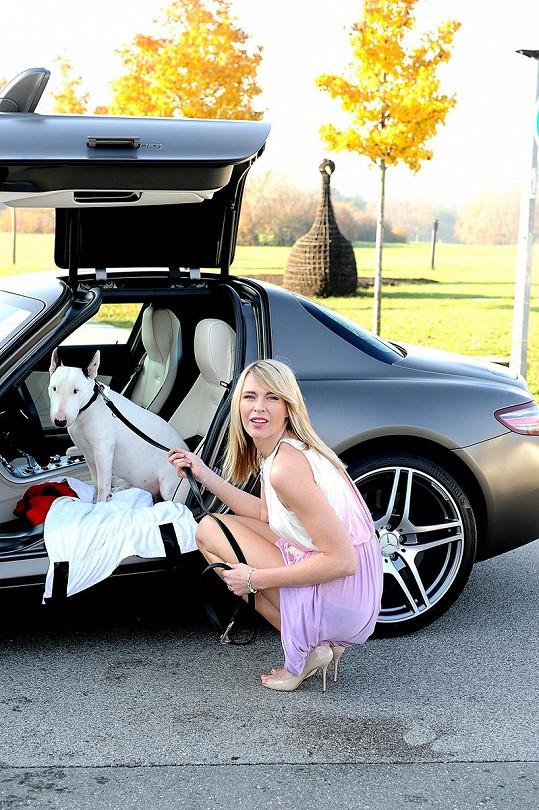 Mia miluje jízdu autem, a tak ji Diana niky nemusí do auta dvakrát pobízet. Problém je, že Diana vlastnila bílé auto, a tak bulteriér ochotně nastupoval do všech bílých vozů.