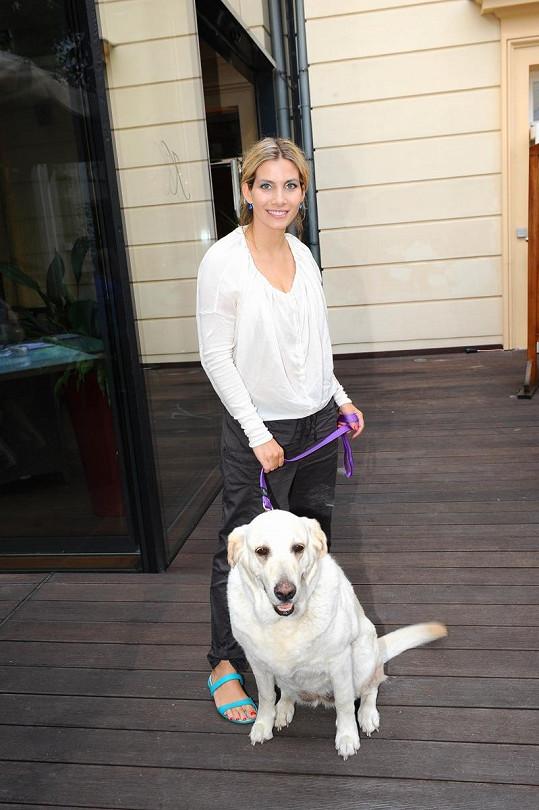 Eva Decastello s labradorkou.