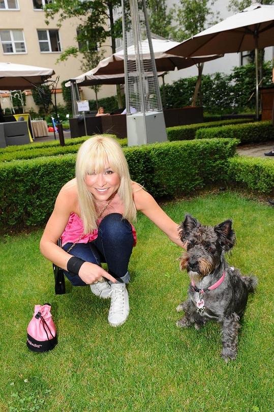 Kateřina Herčíková se sladila s obojkem svého psa.