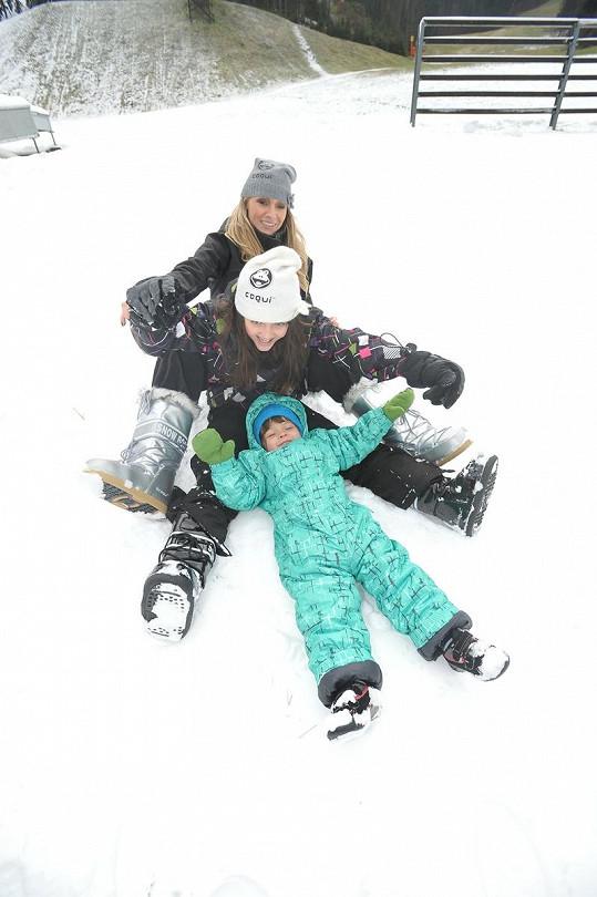 Martina Gavriely s dcerou Jessicou a synem Evy Decastelo Michálkem a sněhové radovánky.