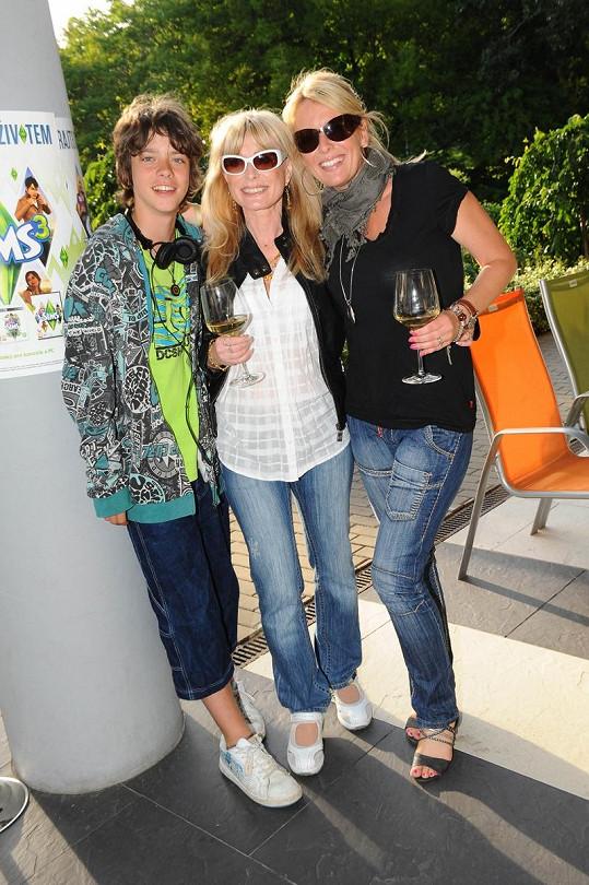 Lucie Benešová s maminkou a synem.
