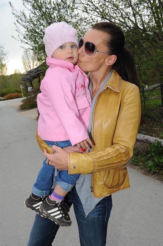 Zatímco si Alice odbyla oficiální povinnosti na tiskové konferenci, dcera Alička byla s chůvou na prohlídce zoologické zahrady.