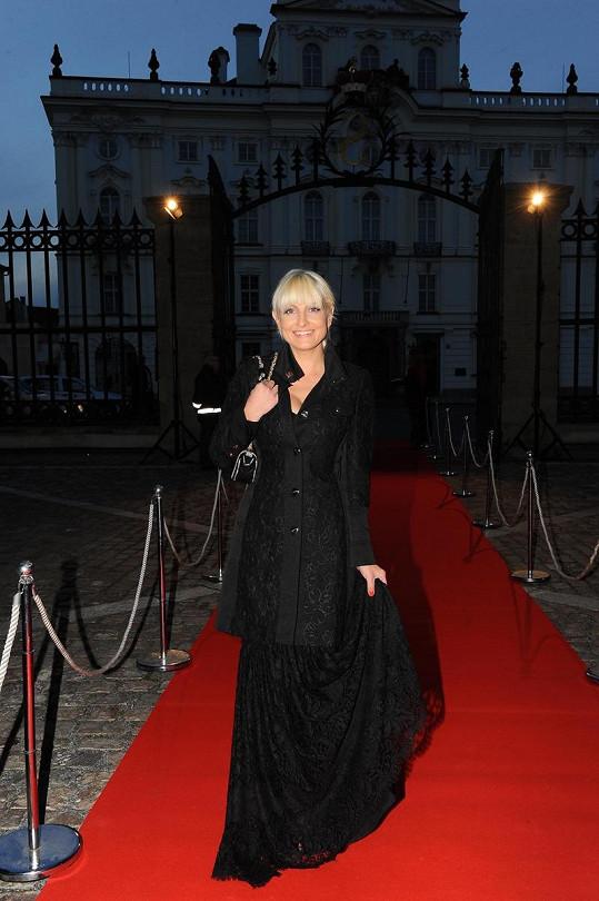 Bára měla na párty svého časopisu kabátek sladěný se šaty.