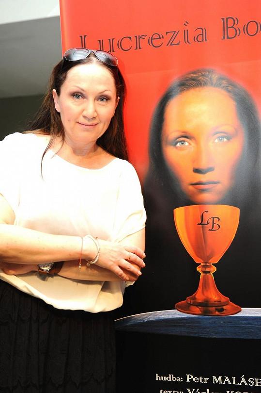 Bára Basiková před plakátem