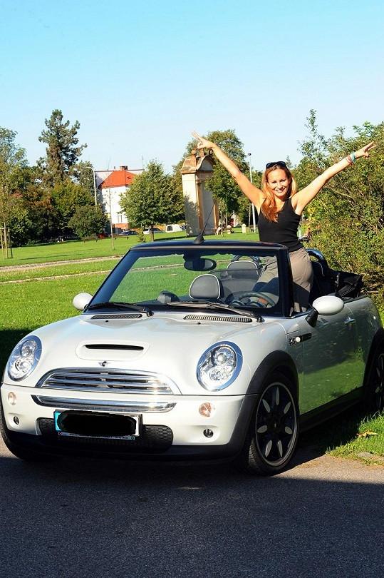 Monika se z nového auta pořádně těšila.