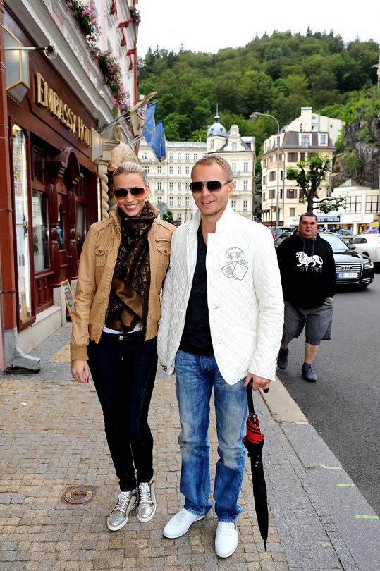 Přesně před rokem si Milan Richter s Kristýnou Lebedovou užívali na karlovarské kolonádě.