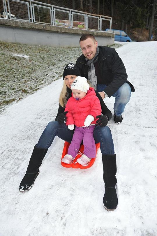 Kateřina Kristelová s manželem a dcerou Claudií v zimě na horách.