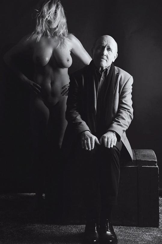 Petr Nárožný s nahou modelkou.