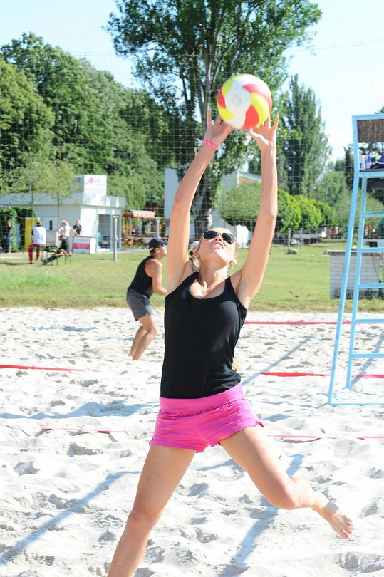 Michaela Štoudková na beach volejbalu.