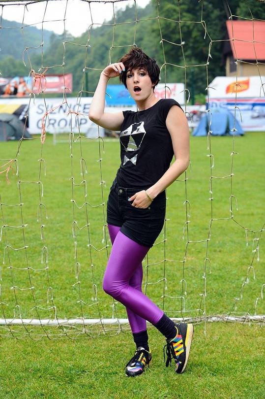 Klára se i na sportovní turnaj vystrojila.