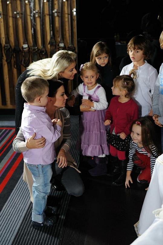 Emily Ann víkend s dětmi slavných v hotelu Savoy Royal užívala.