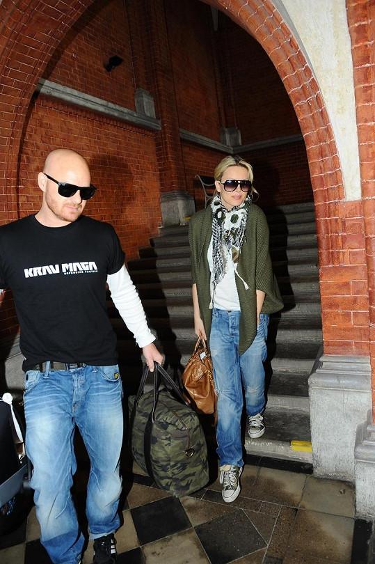 Simona Krainová a Karel Vágner odchází z porodnice.