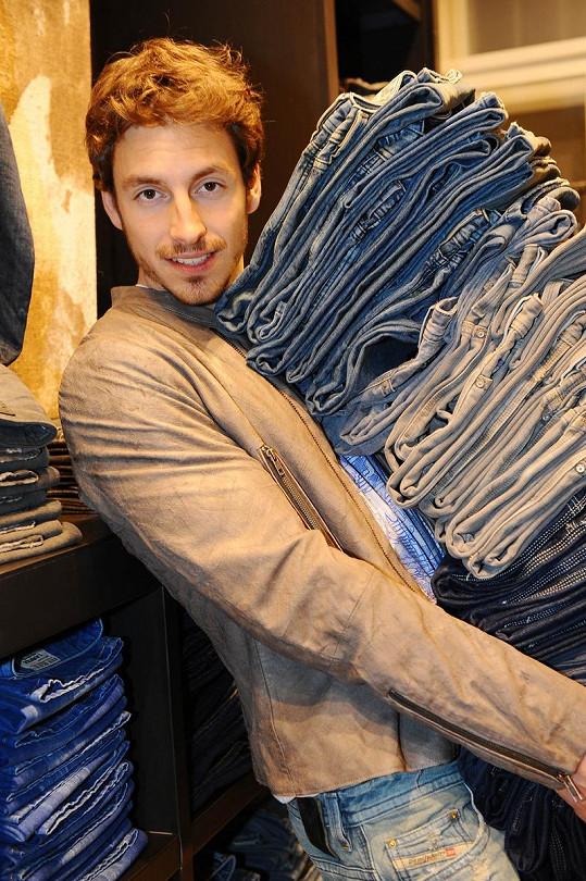 Martin trval na tom, že si musí vyzkoušet všechny nové střihy jeansů. Tuto značku totiž miluje.