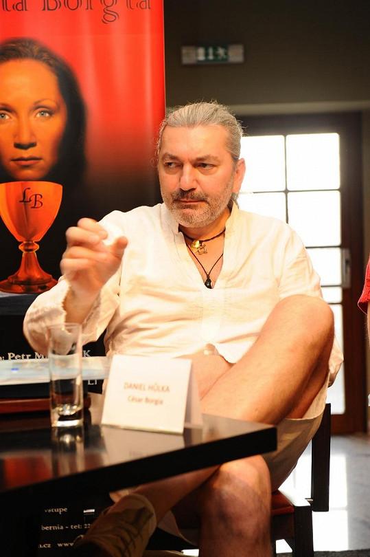 Dan Hůlka na tiskové konferenci.
