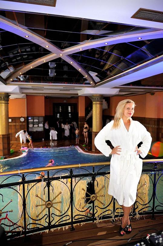Kateřina u luxusního bazénu.