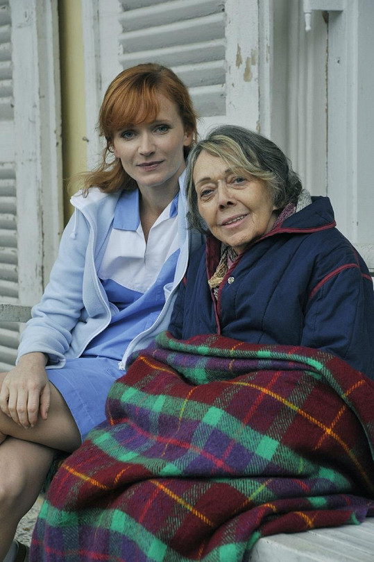 Jiřina Jirásková s Aňou Geislerovou ve filmu Vrásky z lásky (2012)