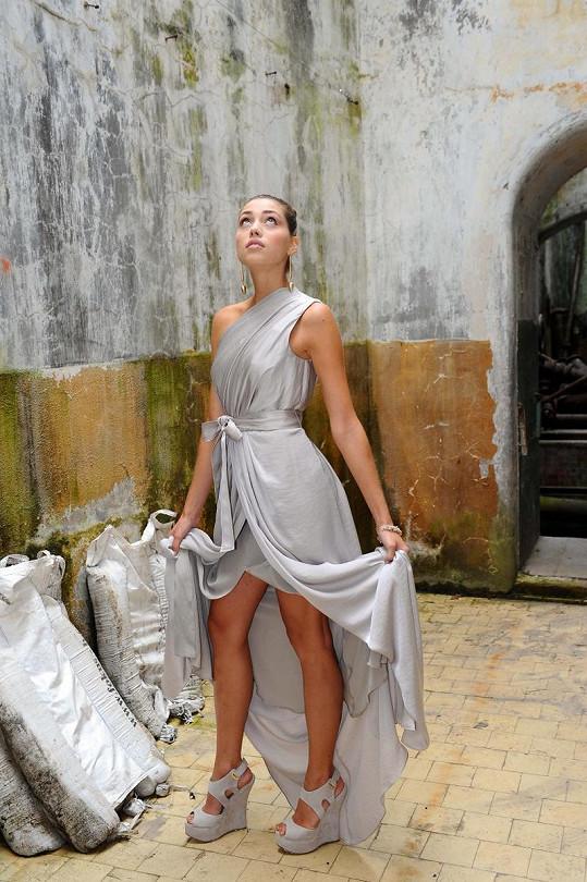 Denisa Domanská předvedla šaty v pražském Ekotechnickém muzeu.