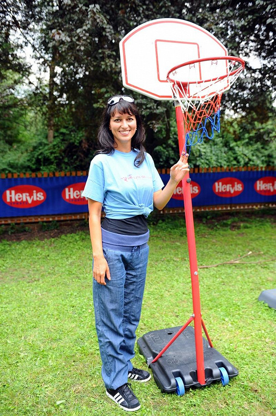 Adéla zapózovala s košem na basket.