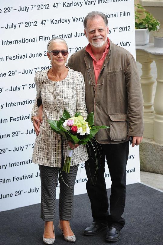 Helen Mirren doprovází její manžel.