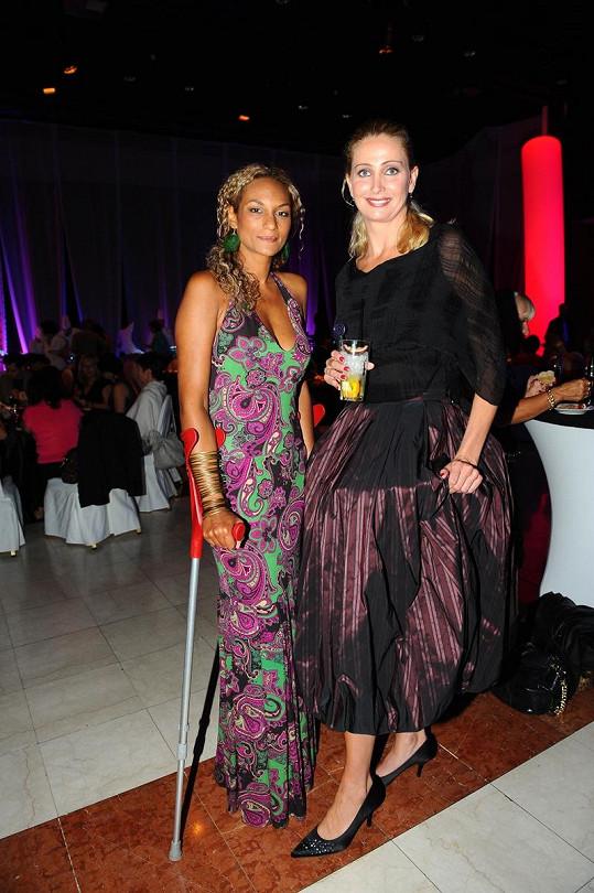 Stejně jako Yvetta Hlaváčová si i Lejla Abbasová vzala podpatky. Stejně ale nebyly pod šaty vidět.