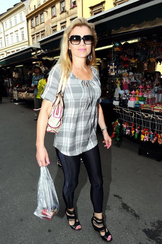 Leona na nákupu