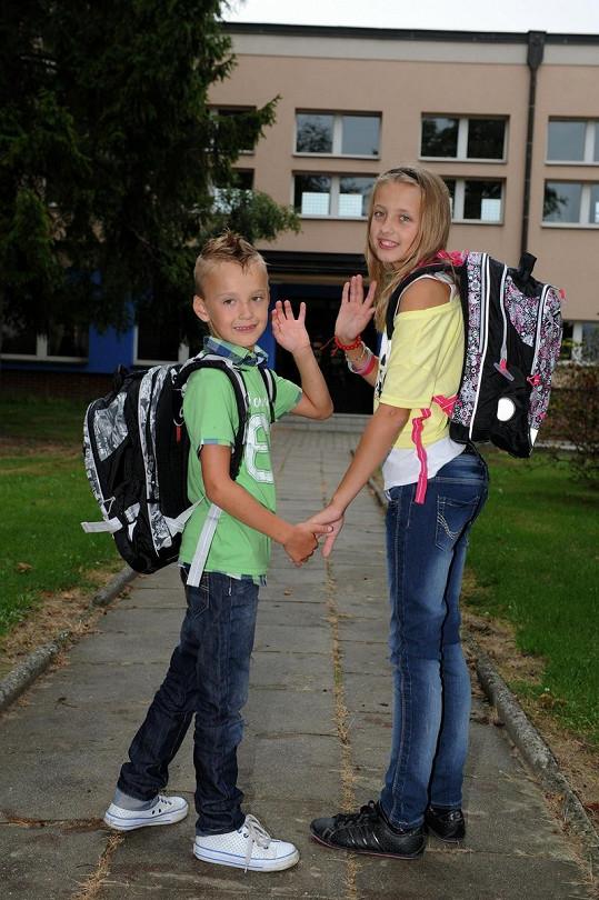 Davídek a Nikolka jdou ruku v ruce do školy.