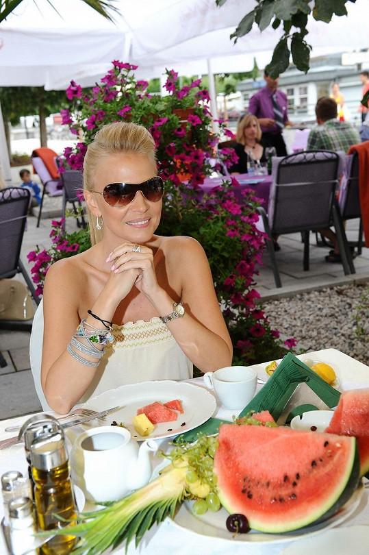 Michaela Ochotská patří k nejkrásnějším českým moderátorkám.