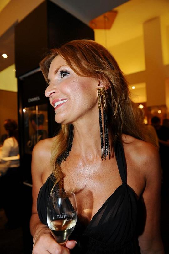 Tamara Bendlová ukázala, jak má připevněnou náušnici