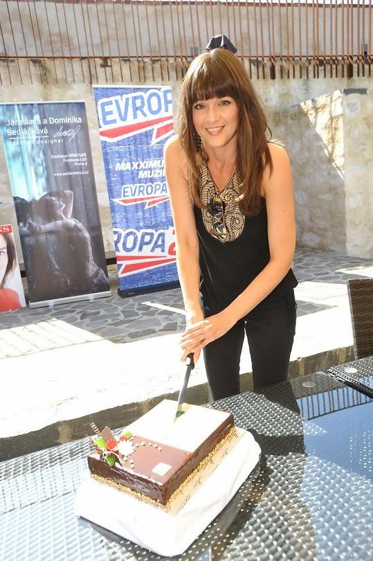 Iva Kubelková rozkrojila exkluzivní dort na míru návrhářkám od cukráře Martina Pokorného.