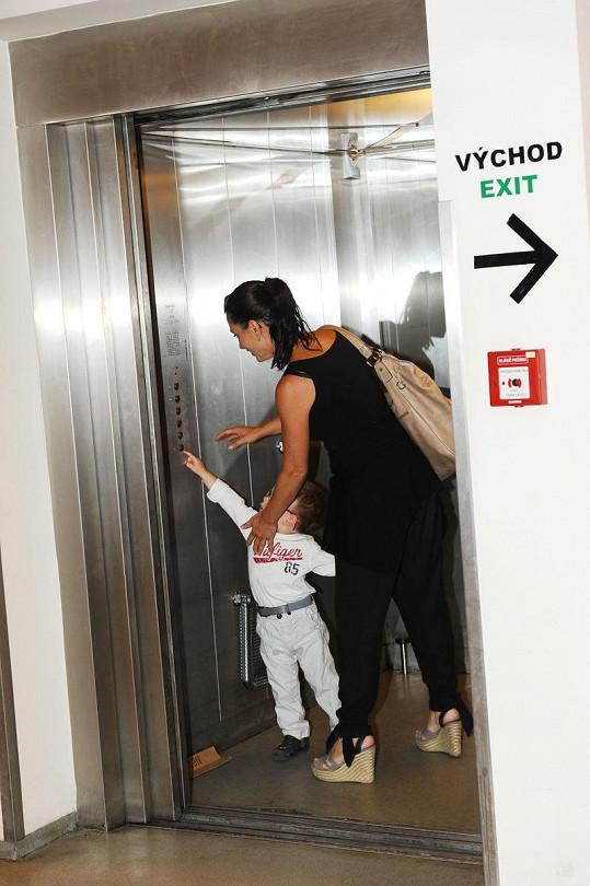 Syn Míši Kuklové si chtěl sám zmačknout tlačítko výtahu.