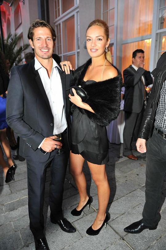 Taťána Kuchařová s přítelem Lanem Carlsonem na párty.