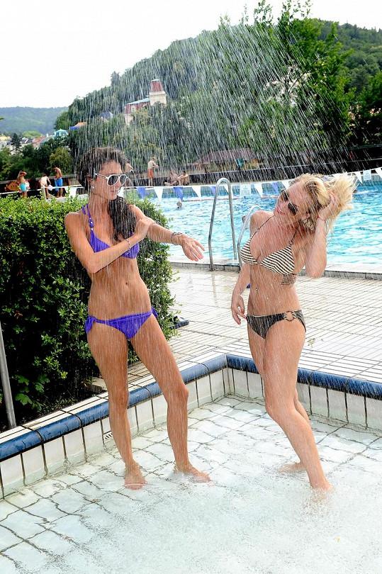Martina Pártlová s Terezou Zimovou si užily legraci ve sprše.