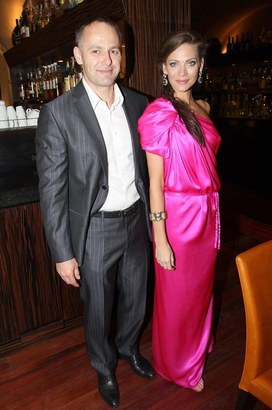 Andrea Verešová s manželem Danielem Volopichem na otevření zahrad v hotelu Kempinski.