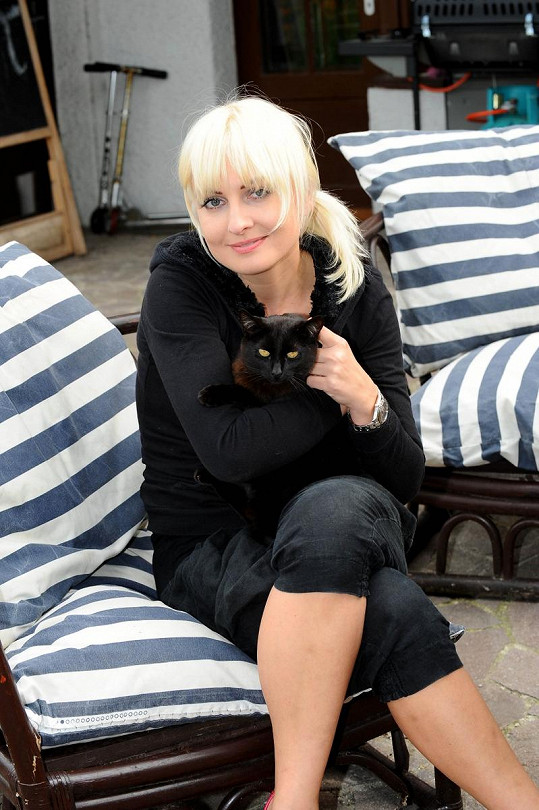 Na Bářině černé mikině kočce svítily jen oči.