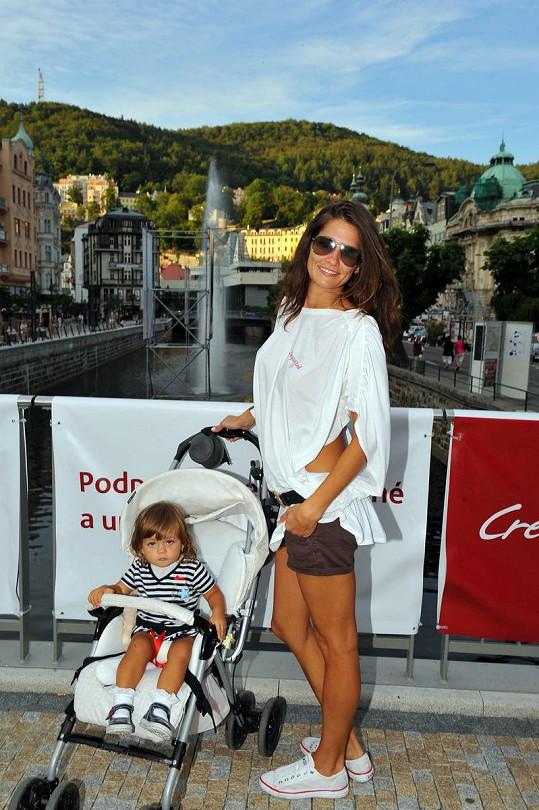 Petra s dcerou a panorama Karlových Varů.
