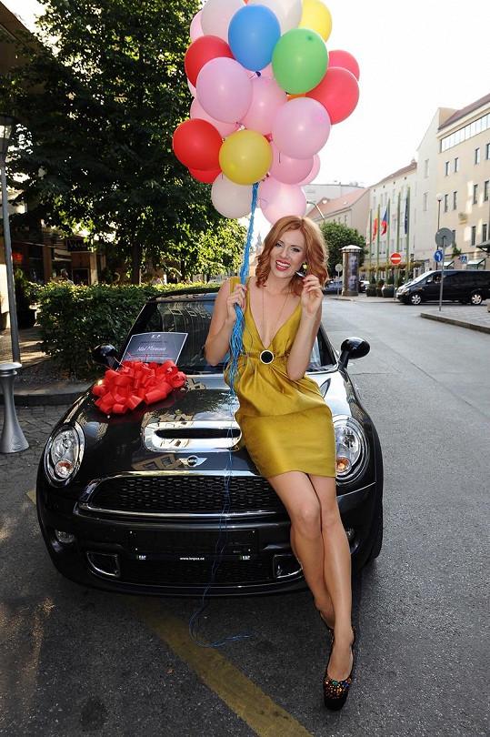 Nikol Moravcová zapózovala před svým novým vozem.