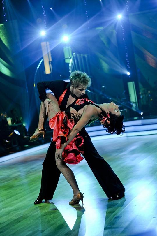 Katka a Jan se oddávají tanci.