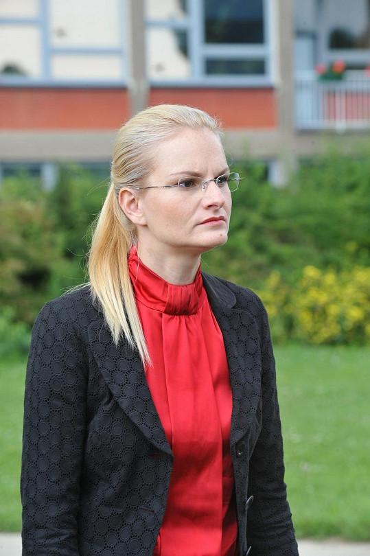 Iva Pazderková nosí ve filmu brýle.
