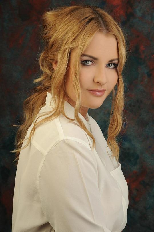 Katka má hustou blond hřívu.