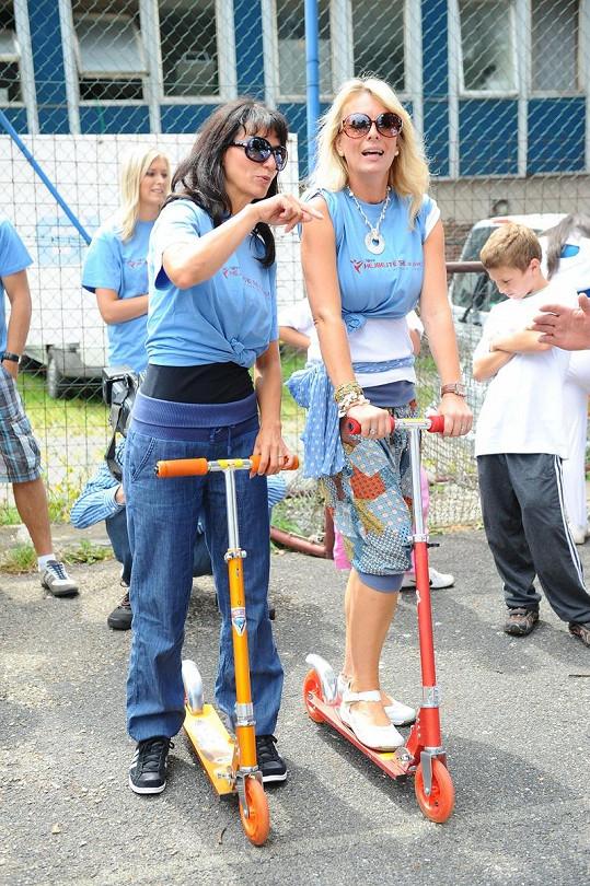 Adéla s Lucií Benešovou na koloběžce.
