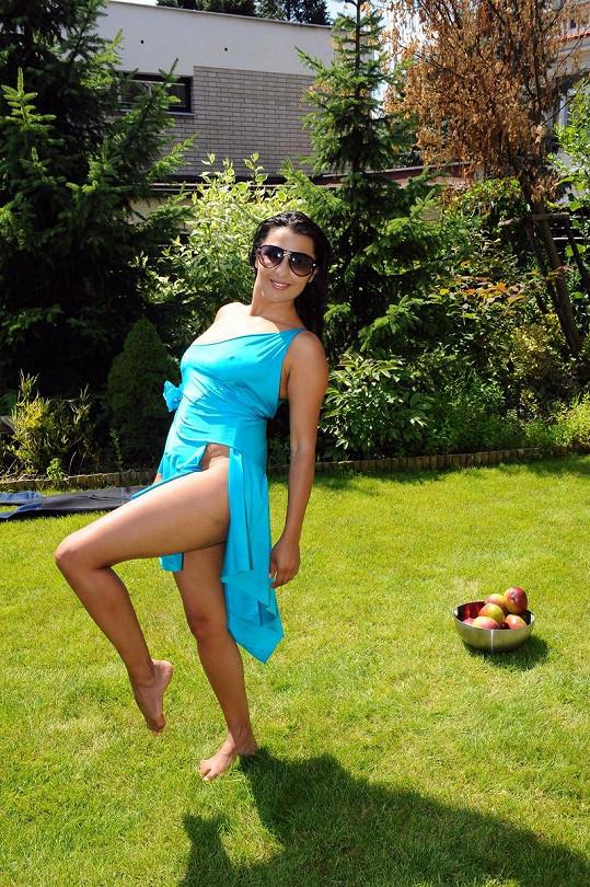 Anife předváděla taneční pózy.