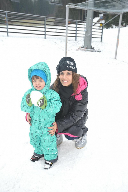 Eva Decastelo se synem, který byl ze sněhu nadšený.