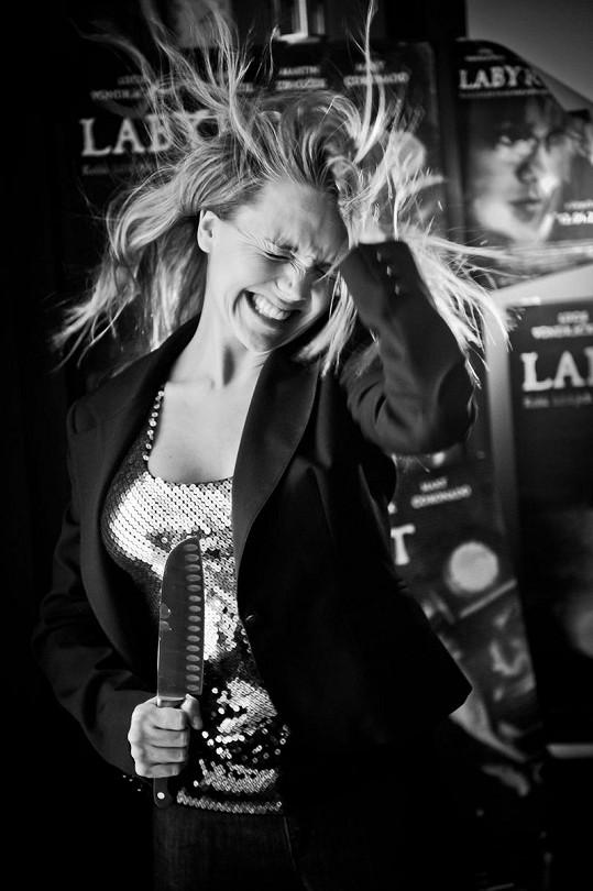 Lucie se na dnešní premiéře filmu Labyrint osobně neobjeví. Tak vytvořila aspoň tyto kontroverzní fotky.