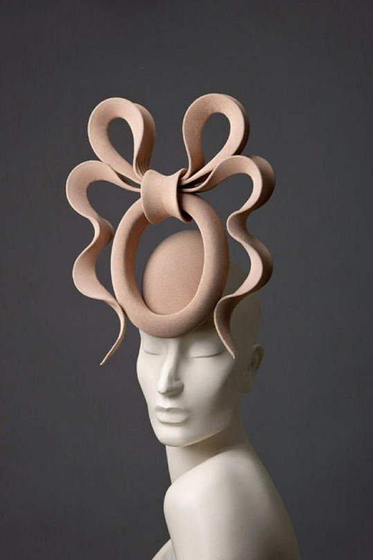 Klobouk od návrháře Philipa Treacyho.